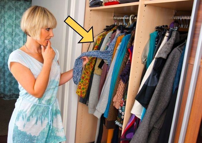 До безобразия простой способ, как избавить вещи от «запаха шкафа»