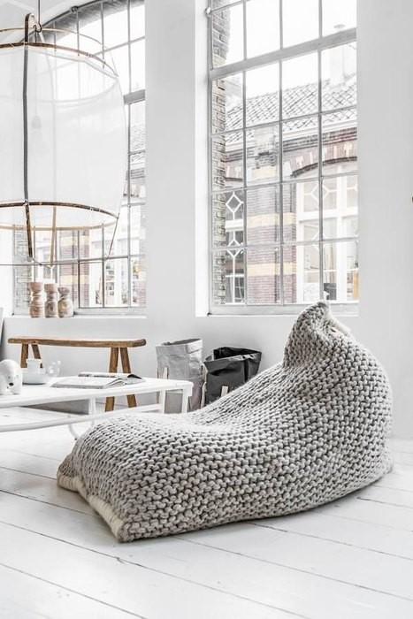 Причины, по которой стоит выкинуть диван из малогабаритки: [b] Причина №7:[/b] экономия пространства.    Пуф – незаменимый помощник    Заменить диван можно на пуфы