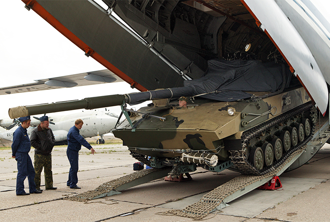 ВДВ выбрасывают на парашютах самоходные противотанковые установки