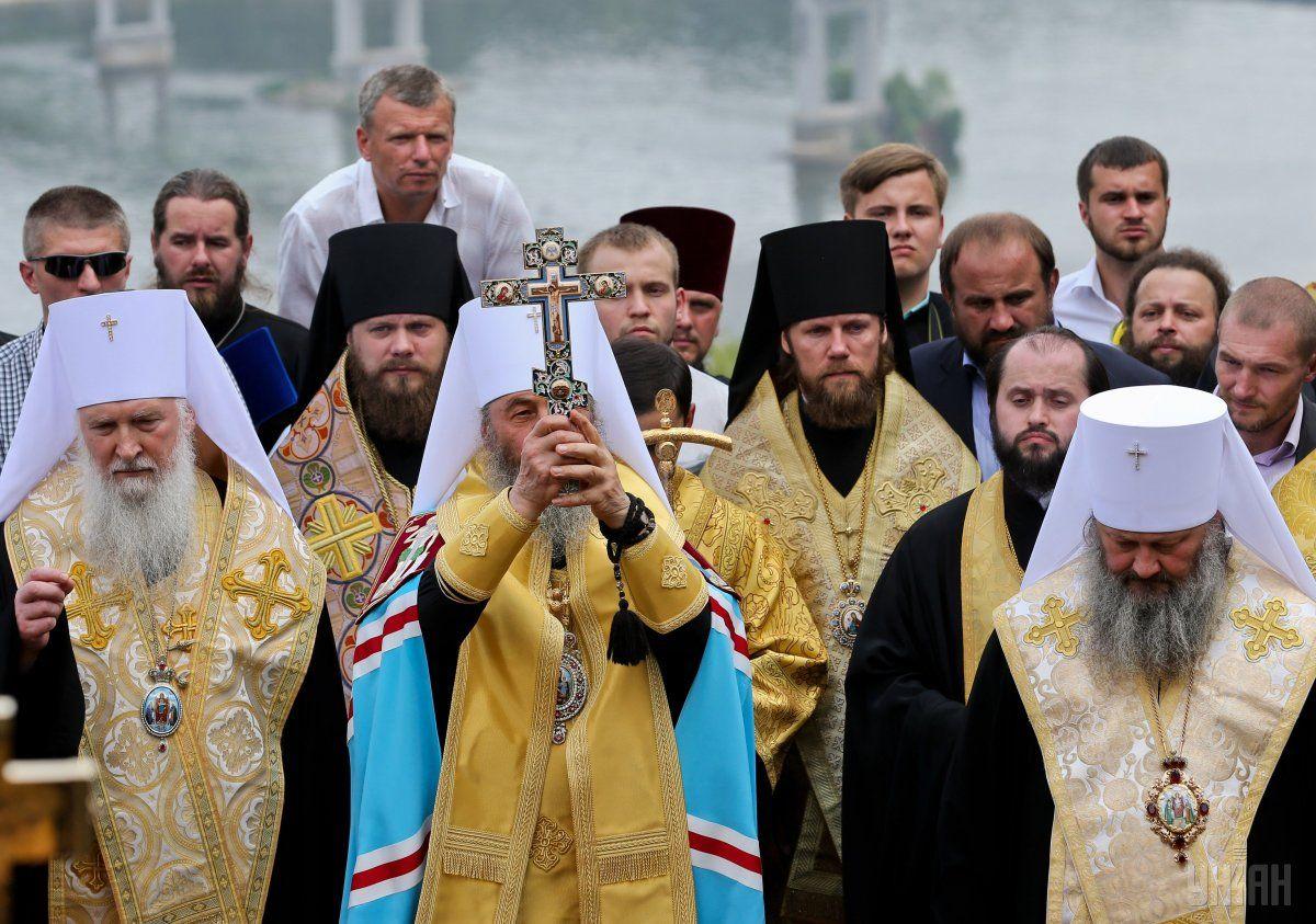Украинцы массово становятся на защиту канонической церкви