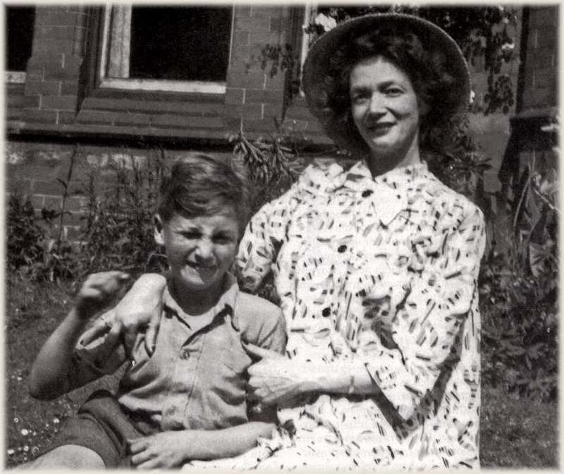 1047 Джулия Леннон с сыном Джоном.jpg