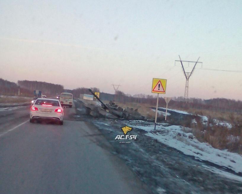 На широких новосибирских просторах танк утонул в грязи
