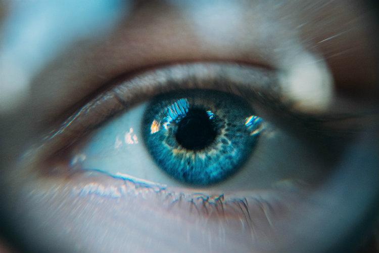 Мы не можем удерживать зрительный контакт при разговоре — и вот почему