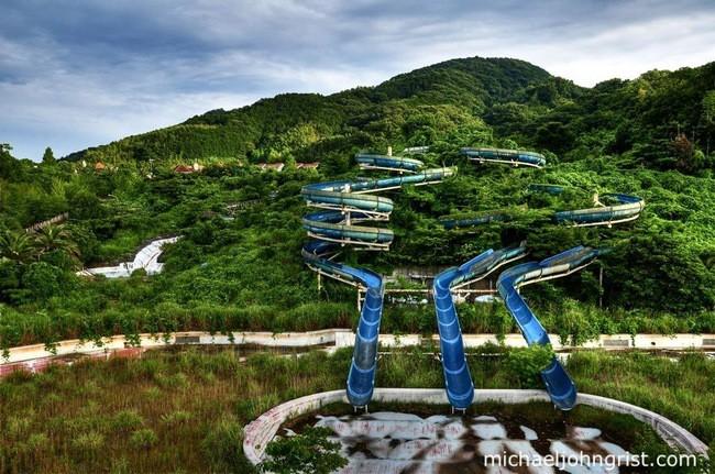 Зарастающий деревьями аквапарк в Японии заброшенное, природа, разрушение, цивилизация