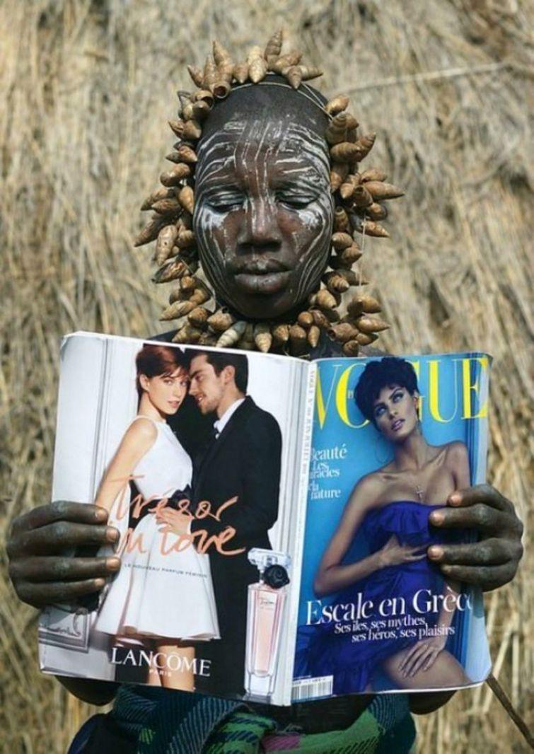 Женщина племени Мурси впервые смотрит журнал «Vogue», Эфиопия знаменитости, история, редкие кадры, фото