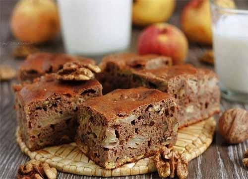 Шоколадный пирог с яблоками и грецкими орехами