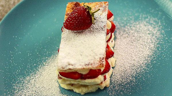 Творожное пирожное с клубникой: рецепт от шеф-повара Александра Бельковича