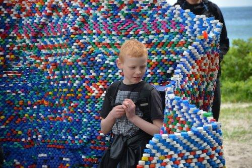 Арт-объект из пластиковых кр…