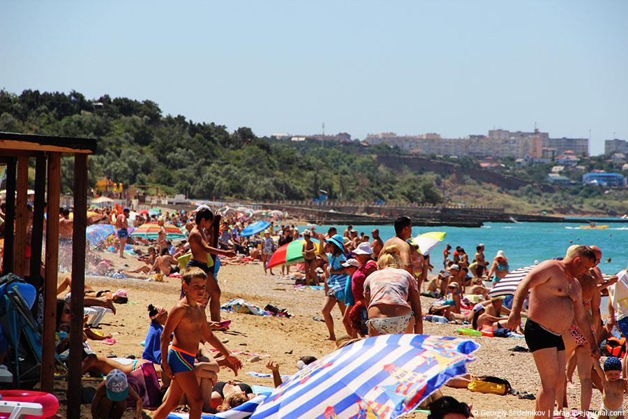 Как видите, пляжи в Севастополе полные