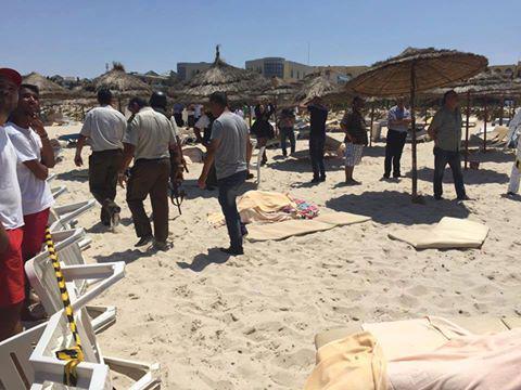 В результате теракта на пляже в Тунисе погибли по меньшей мере 30 туристов