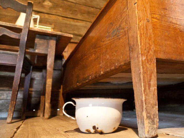 Держали горшок обычно под кроватью, время от времени выливая содержимое прямо из окна.
