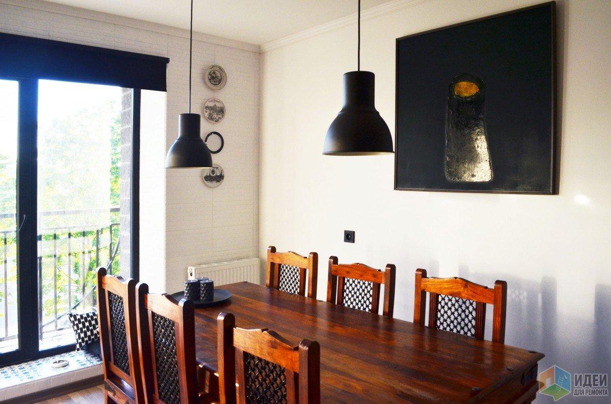 Черно-белая кухня, деревянный обеденный стол