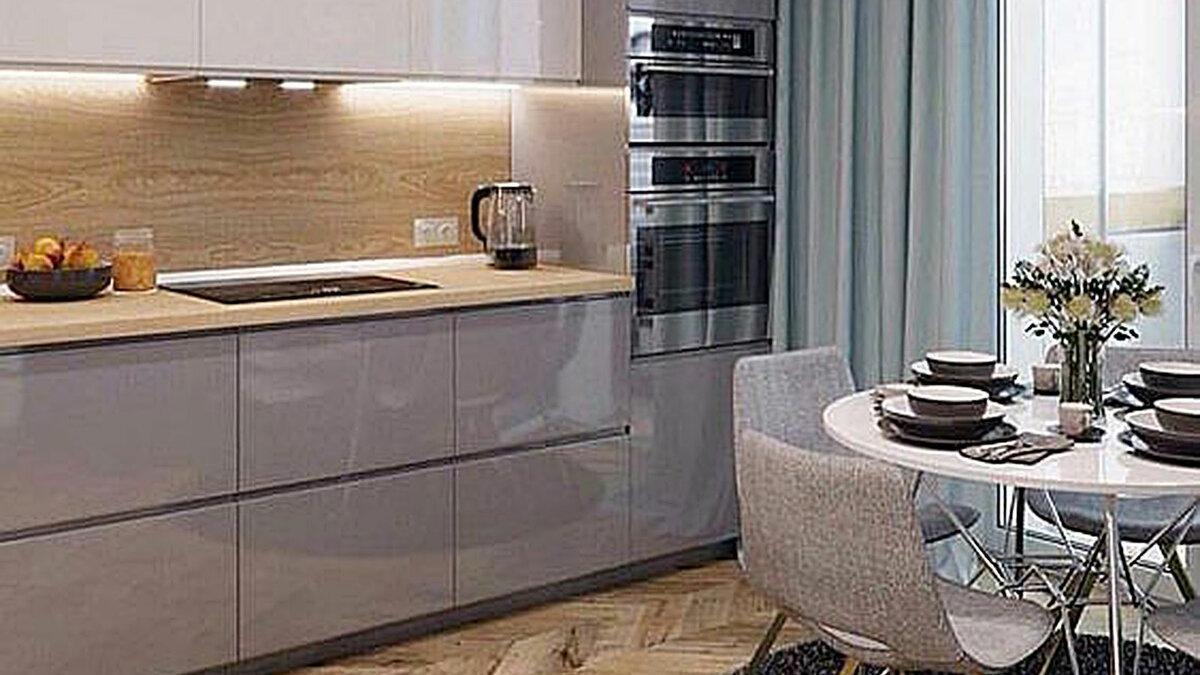 Интерьер небольшой кухни с линейной расстановкой мебели и зеркальными МДФ фасадами.