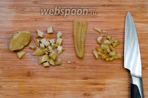 Режем на мелкие кубики солёные патиссон и перец.