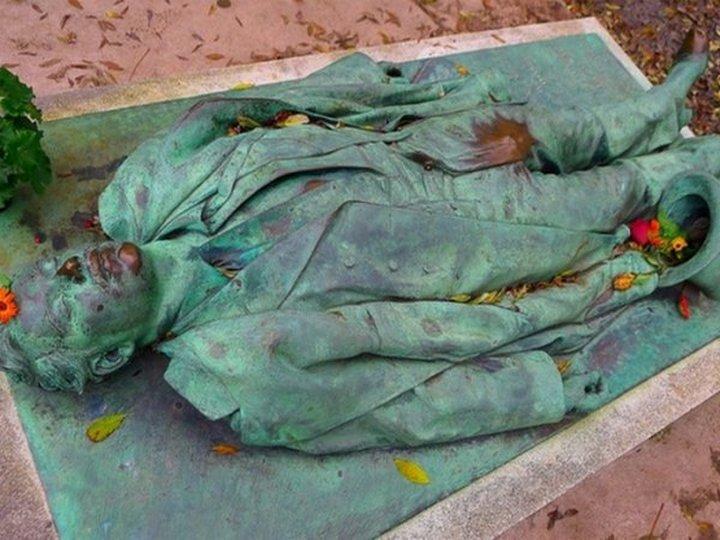 Могила Виктора Нуаре — магнит для парижских женщин