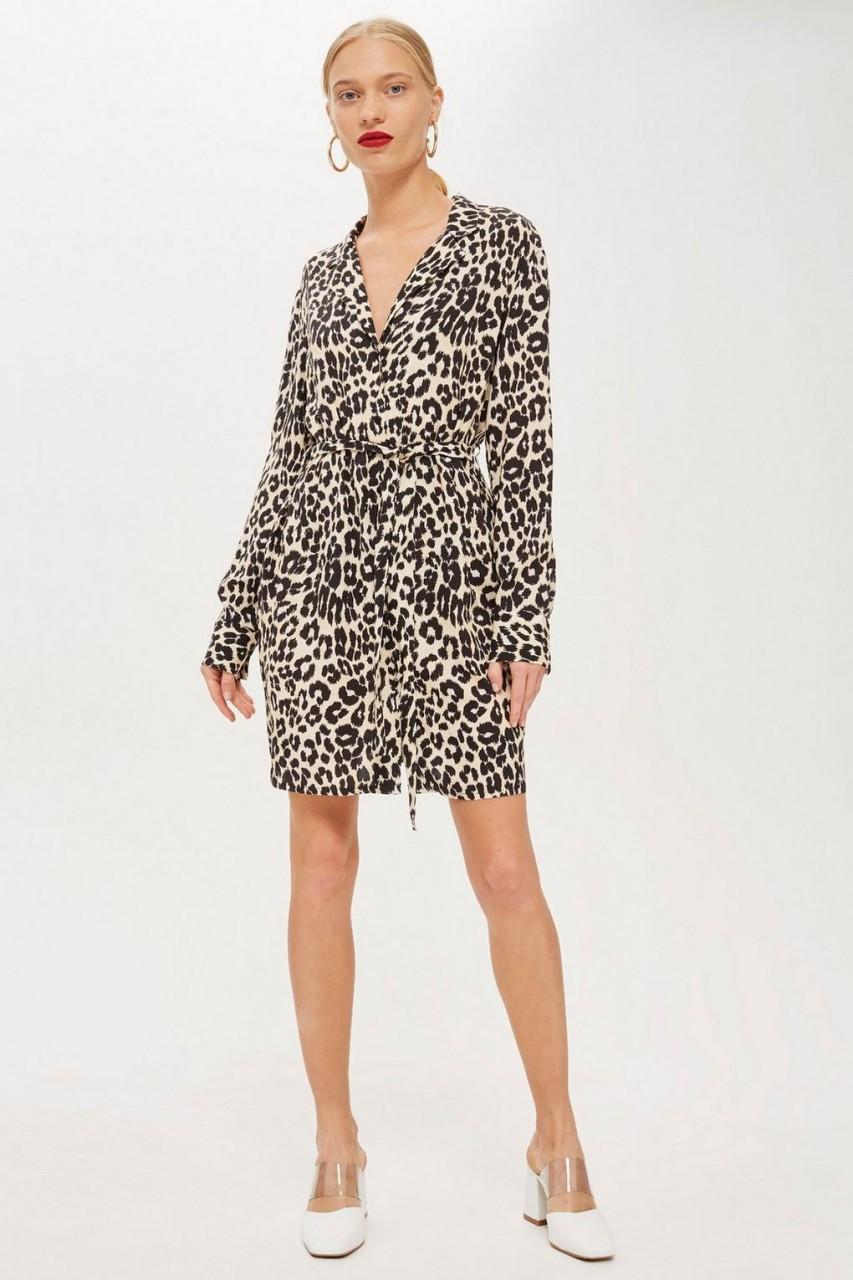 Модель в леопардовом платье-халате