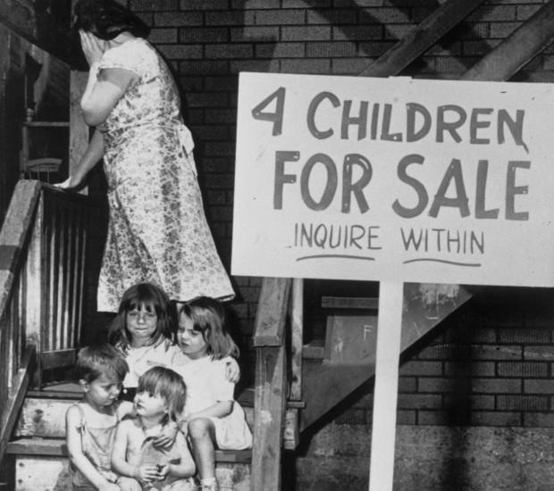 4. Мать отворачивается, стыдясь того, что ей приходится продавать собственных детей. 1948 год. история, неизвестные фото, фото
