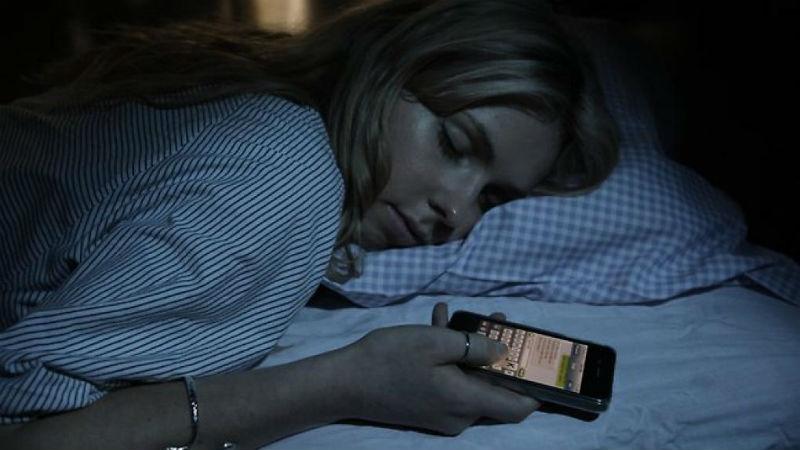 Опасно для здоровья: ученые рассказали, почему нельзя спать со смартфоном