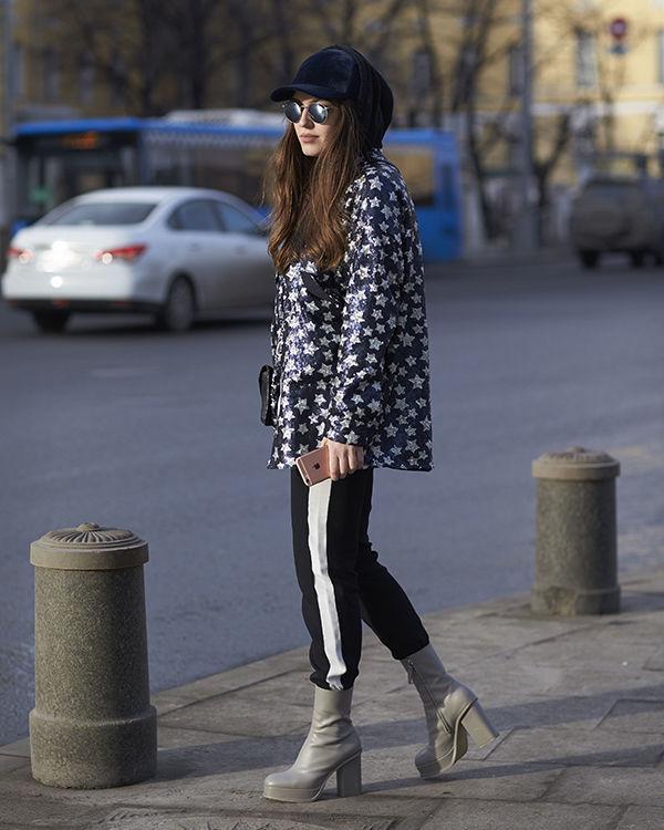 Девушка в кепке и плаще фото