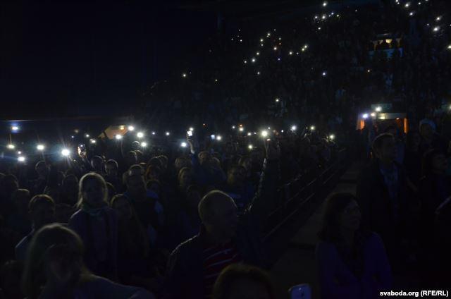 Макаревич в Минске исполнил «песню про Путина». Аншлаг. Цветы. Овации.