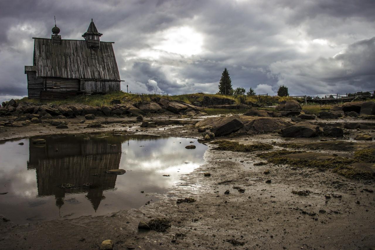 Деревянная церковь на побережье. карелия, природа, россия