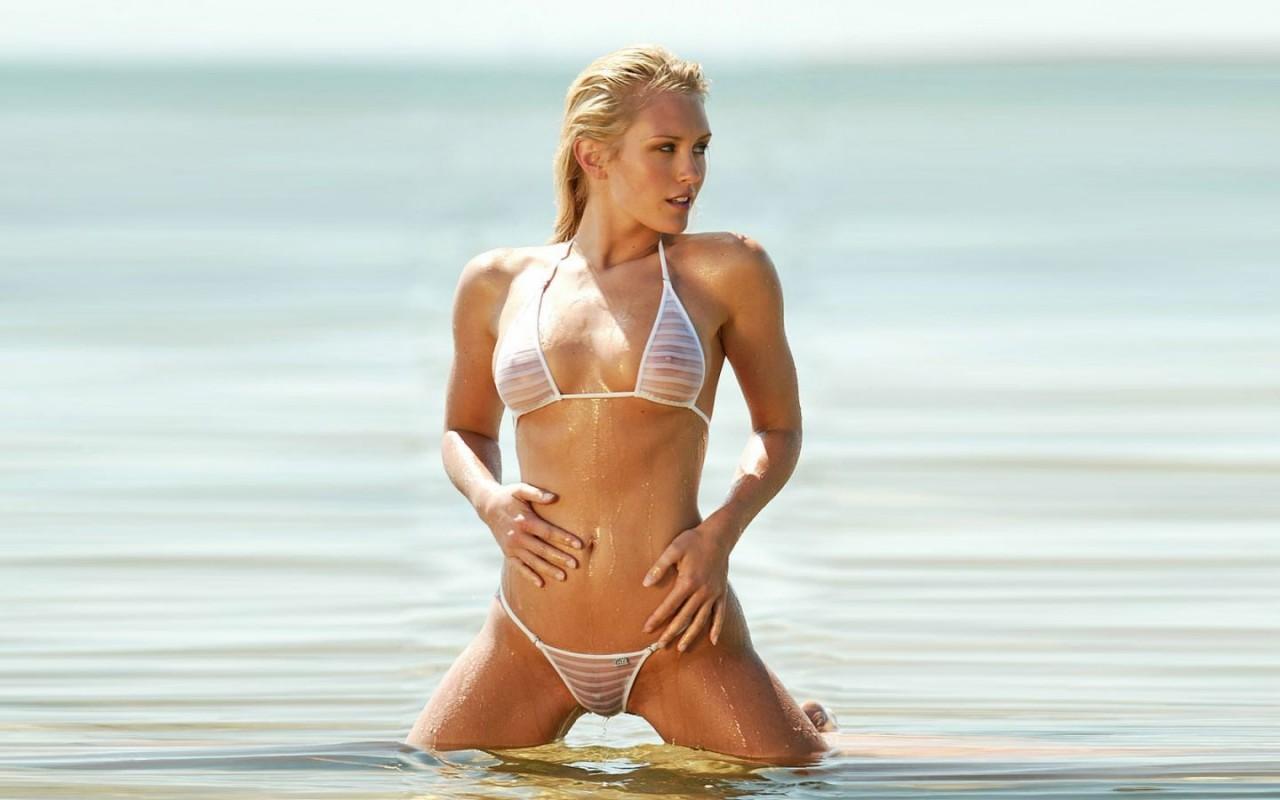 Смотреть девушки на пляже в прозрачных купальниках 5 фотография