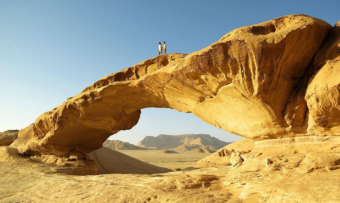 Скальные массивы пронизывают каньоны, стены которых украшены наскальными рисунками. Около 4 000 лет назад, здесь обитали первобытные люди.