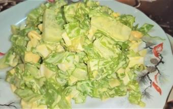 Зеленый весенний салат с зеленью и яйцом, салат на скорую руку