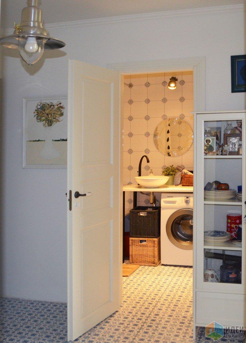 Белая прихожая фото, вид на ванную, белая дверь