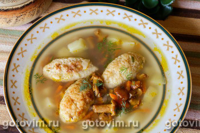Суп с лисичками и кнелями из цветной капусты. Фотография рецепта