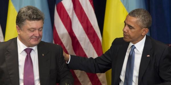 Пользователей Сети насмешило видео, где Обама не поздоровался с Порошенко