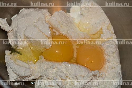 Творог положить в миску, вбить яйцо.