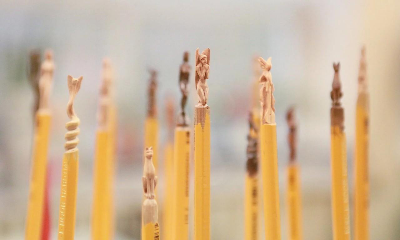 Учитель труда из Алматы вырезает невероятные фигурки из карандашей