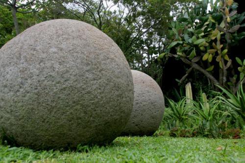 Ошеломлённые находкой ученые до сих пор пытаются ответить на вопросы, кто и когда придал каменным глыбам идеально круглую форму, такой же загадкой остается и технология, которую использовали древние каменотесы.