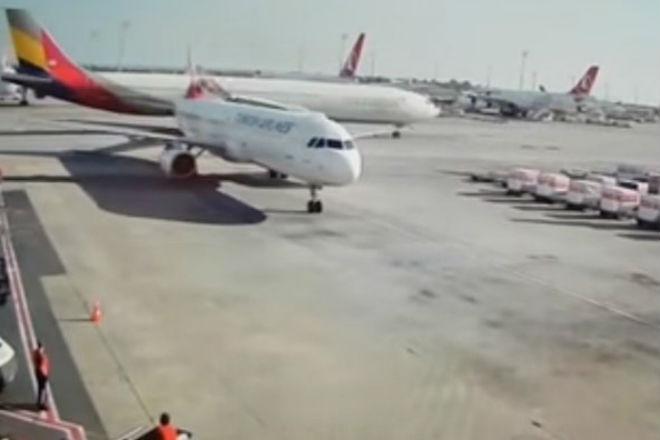 Два самолета не поделили взлетную полосу: видео