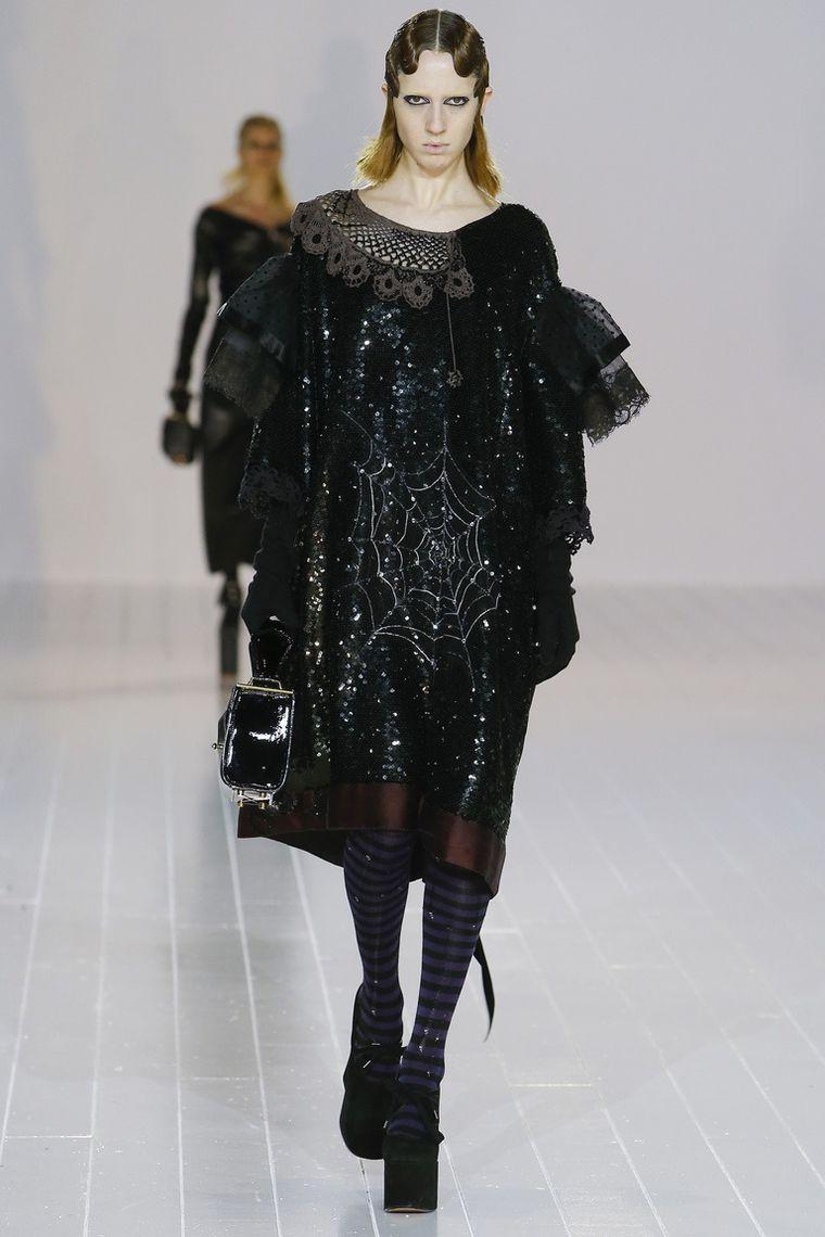 Marc Jacobs осень-зима 2016 - 2017: мрачная череда блестящих платьев и объемных дубленок. Леди Гага оценила