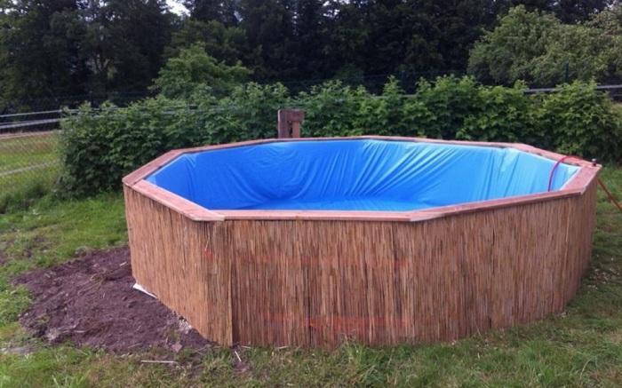 Снаружи бассейн обшивается бамбуком.