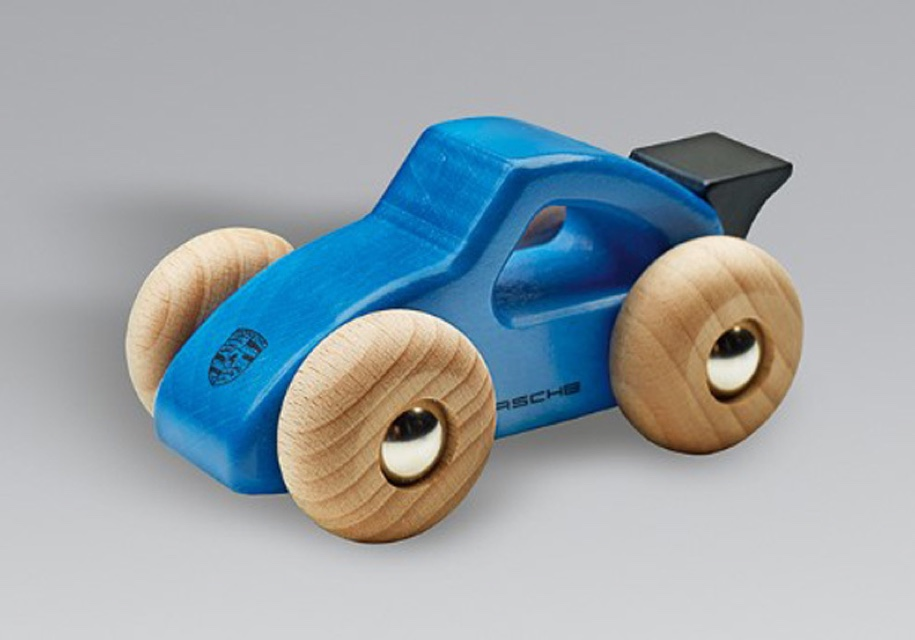 Ребенок может задохнуться: Porsche объявила об отзыве... игрушечных машинок!