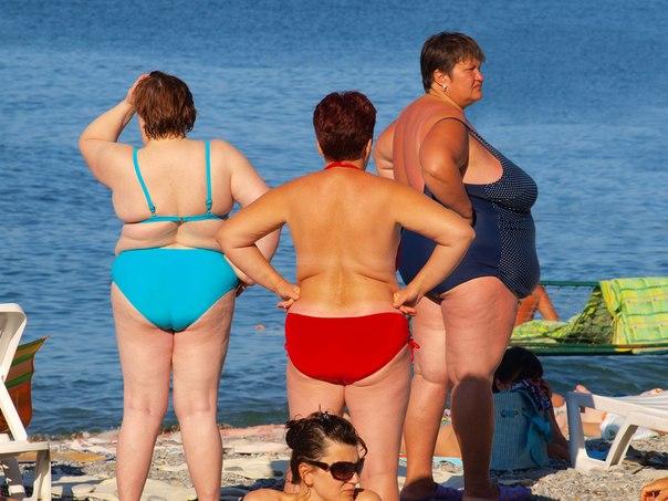 Толстые женщины на пляже