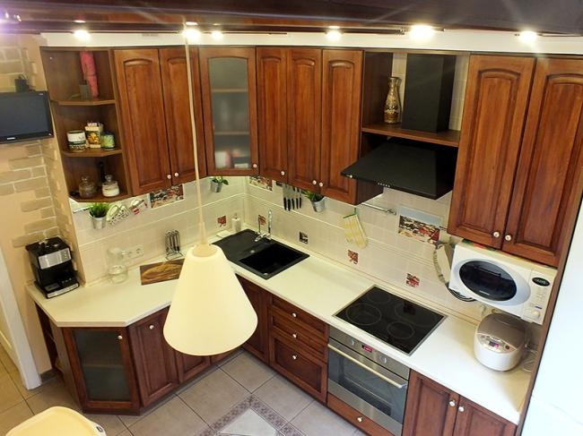 Классическая кухня из массива 10 кв.метров с потолочными балками
