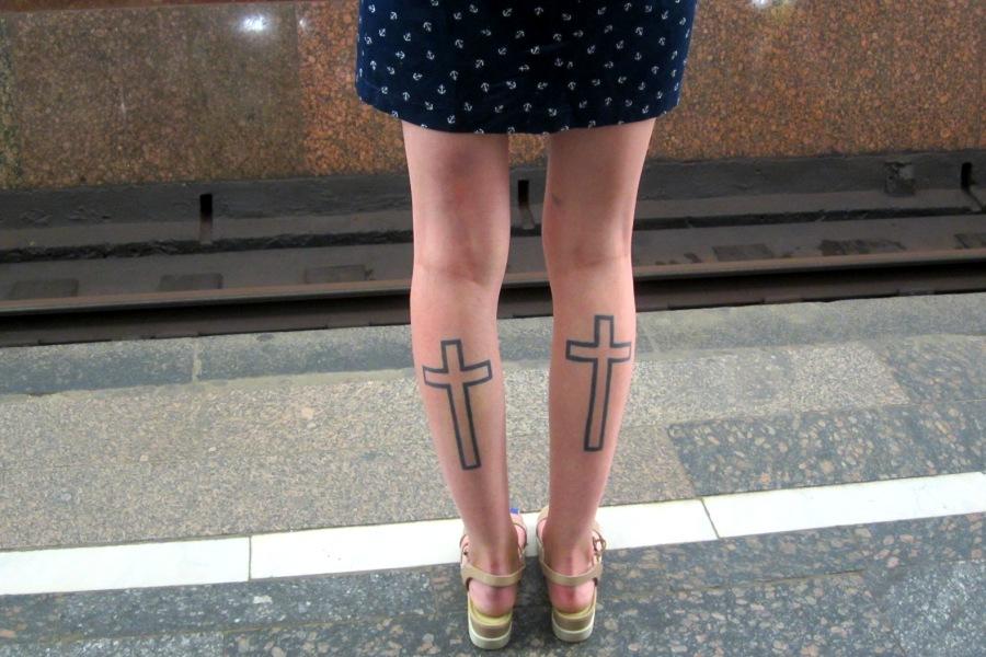 Откровенное мини и кресты на ногах в синяках. Это кощунство или нормально?