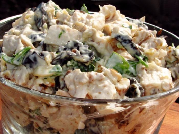 Салат с курицей, черносливом и орехами.  Фото: smak.ua.