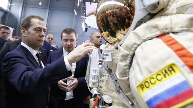 Sankei: Дмитрий Медведев испортил японцу всю радость от полета в космос