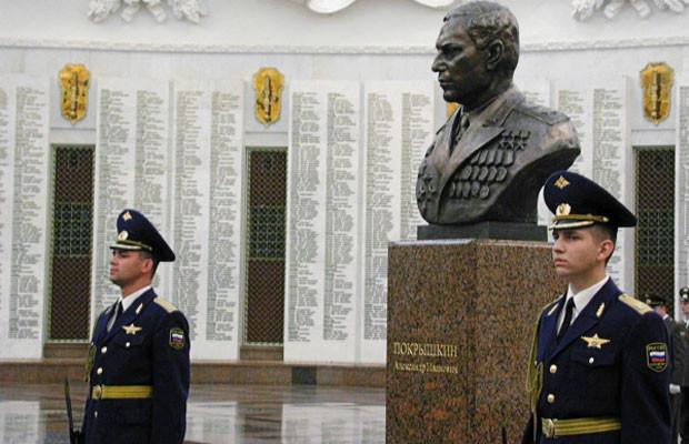 Почетный караул у памятного бюста Александру Покрышкину. вов, герой, покрышкин