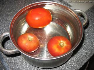Вкусные свежие помидоры тонут в чистой воде