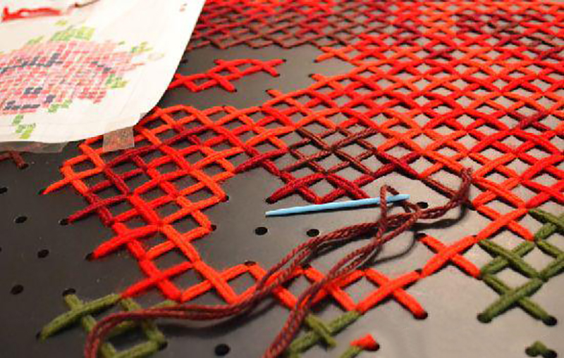 Вышивка крестом в декоре интерьера — подборка идей со схемами