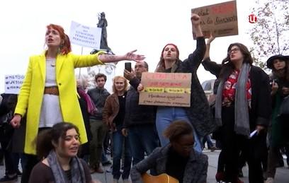 Француженки высказались в поддержку права мужчин приставать к женщинам