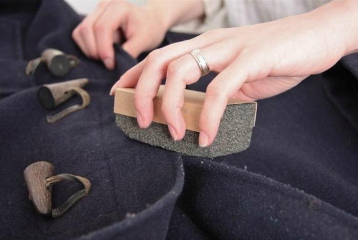 Чтобы обновить пальто, почистите его пемзой.