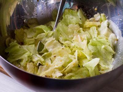 Салат из копченой горбуши с лисичками и восковой фасолью