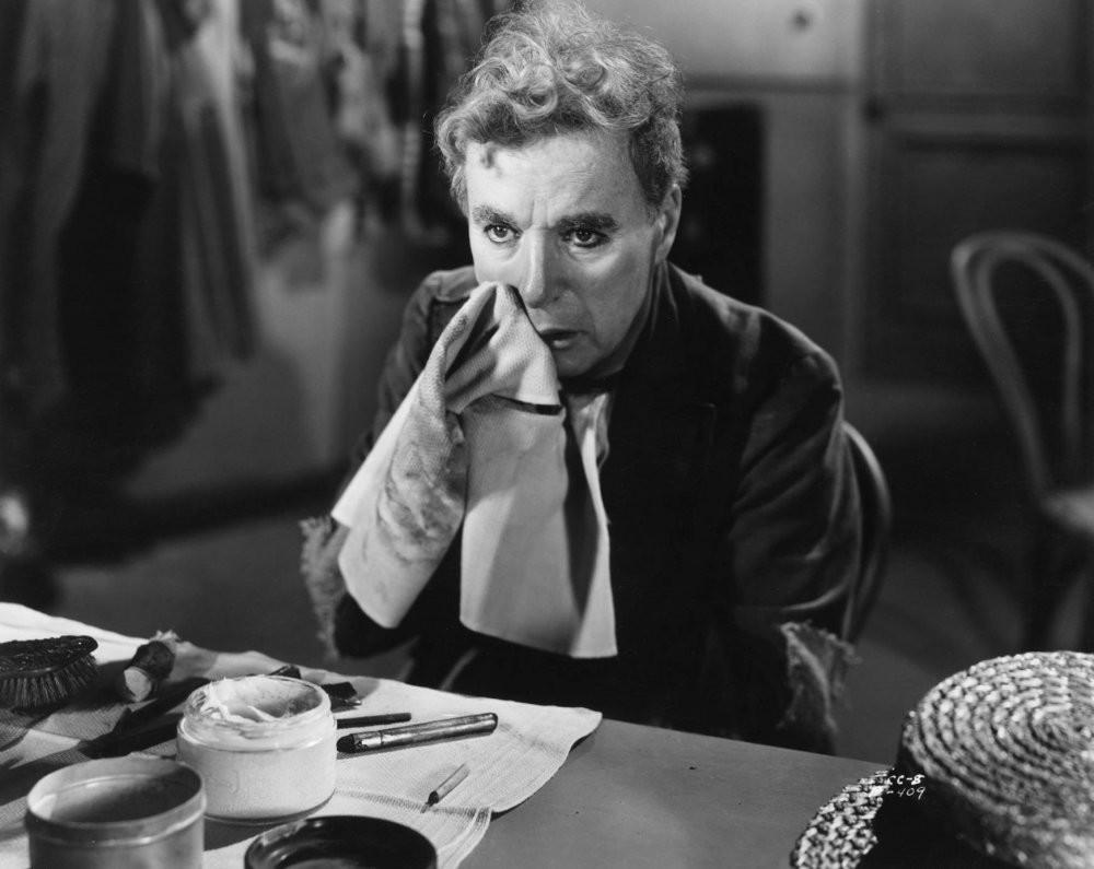 1. Чарли Чаплин снимает грим актёр, фото